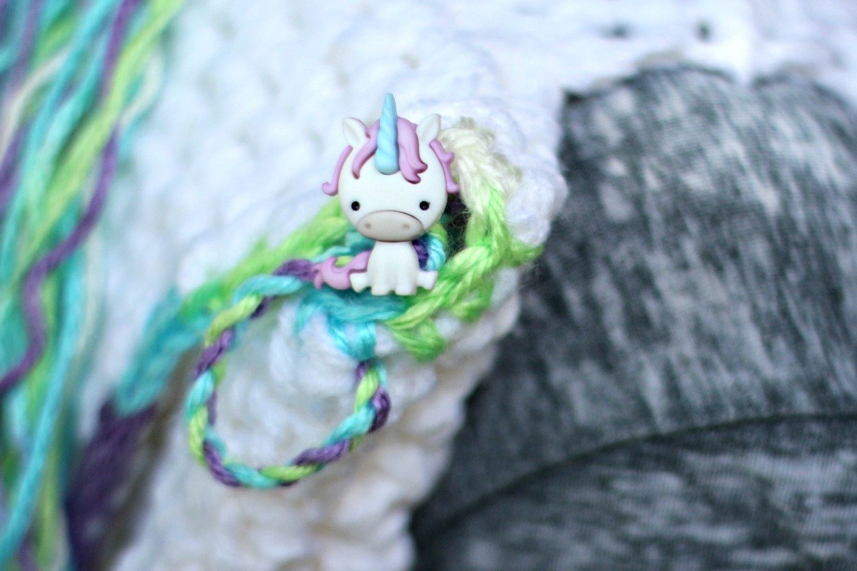 How to crochet this easy unicorn backpack with a free crochet pattern
