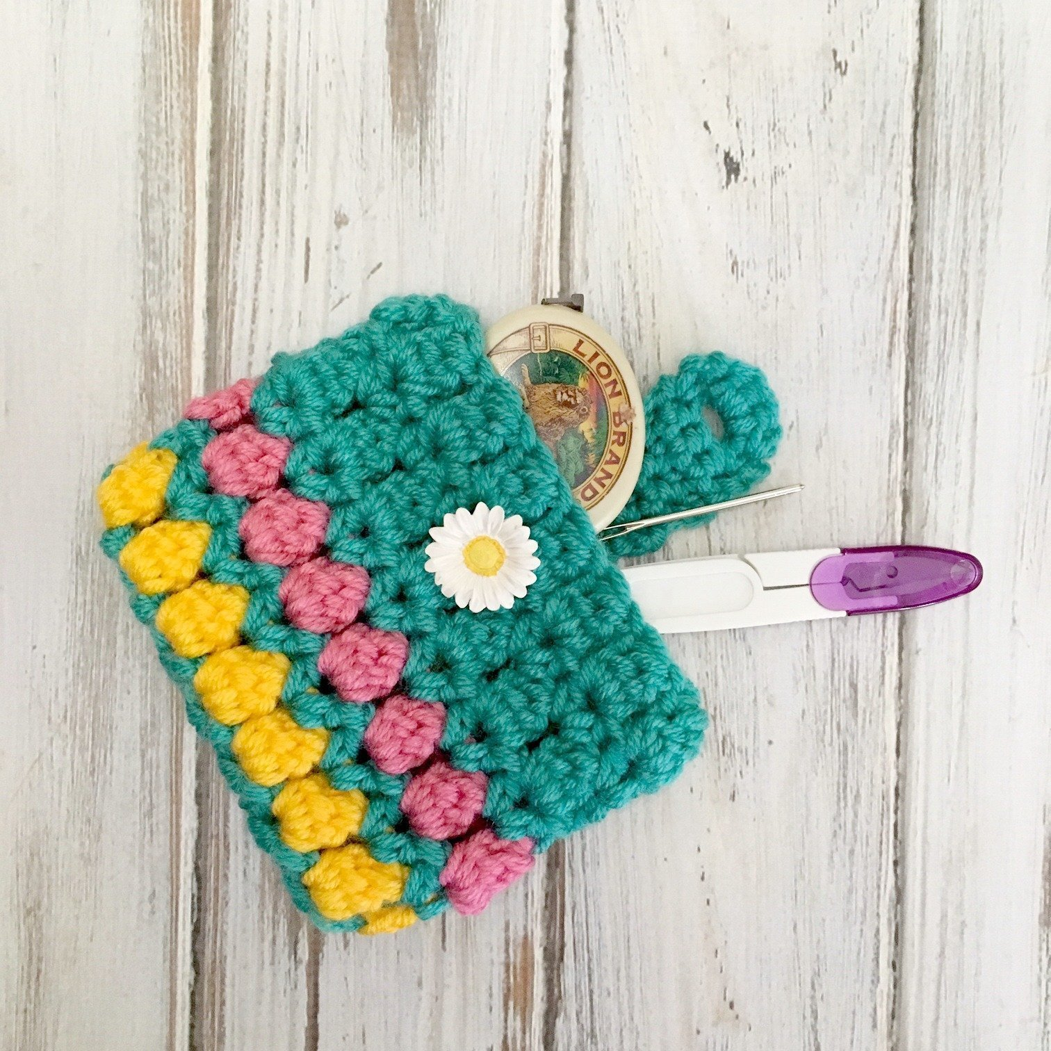 Learn to crochet this quick and easy coin purse with the free pattern for the Summer Fun Coin Purse