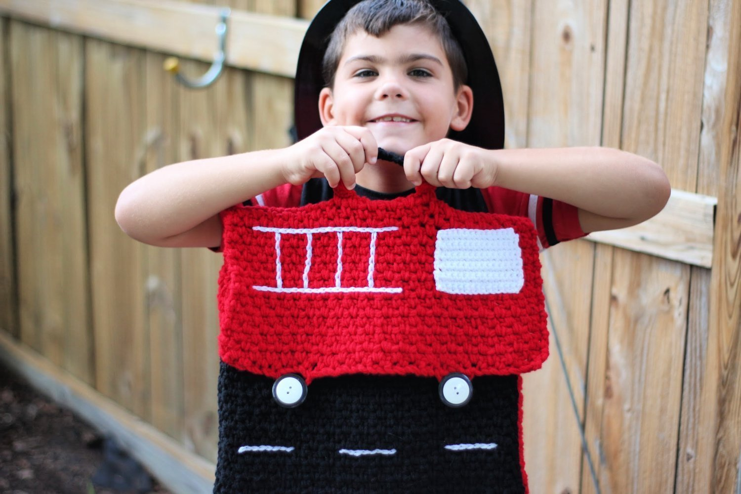Learn to crochet a fire truck backpack with this FREE crochet pattern! This is so adorable and is made of only sc and chains with NO shaping!