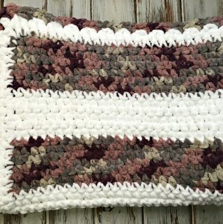 Beginner Crochet Baby Blanket - this free crochet pattern is perfect for absolute beginners! Made only of sc with a full video tutorial