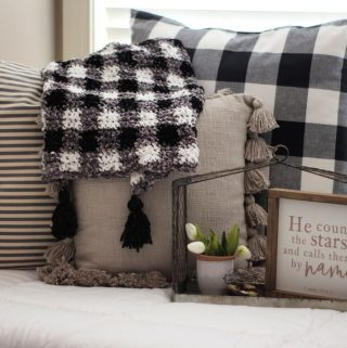 I am SO in love with this velvet plaid blanket!!!! I can't wait to make it - free pattern for three sizes!