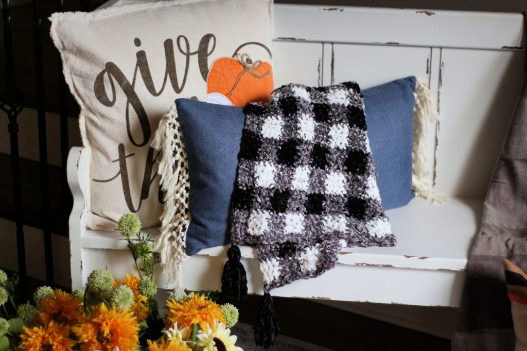 This velvet plaid blanket is amazing!  You just want to hang out in it all day - and it's a FREE crochet pattern in three sizes!