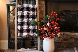 How cute is this velvet plaid blanket?? And it's a FREE crochet pattern in three sizes!!
